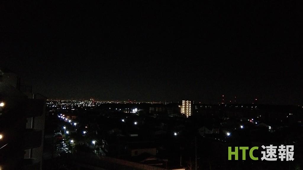 Desire EYEのオートで撮影した街の光。スマートフォンで撮るにはあまりにも光が弱すぎます。
