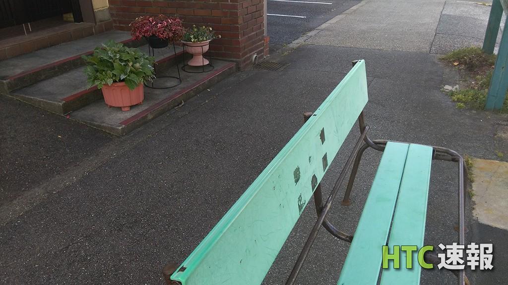 Desire EYE、バス停のベンチを撮影したもの。