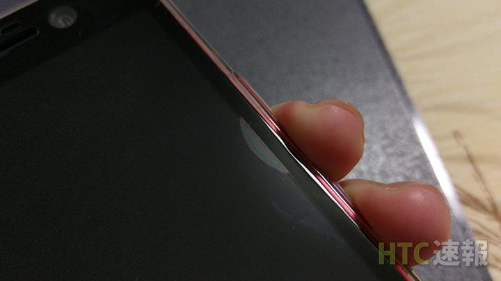 音量ボタンなどを押した時にケースが干渉してガラスが浮いてしまった。